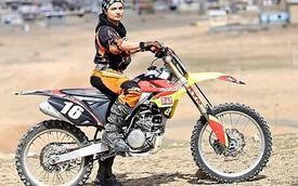 """Nữ biker Hồi giáo dũng cảm """"phạm pháp"""" để được cưỡi môtô"""