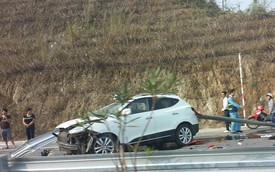 Hyundai Tucson đâm xuyên Ta-luy trên cao tốc Nội Bài - Lào Cai