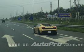 """Lamborghini """"mạ vàng"""" trên đại lộ Thăng Long"""