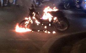 Xe máy cháy như trong phim Ghost Rider trên phố Bà Triệu