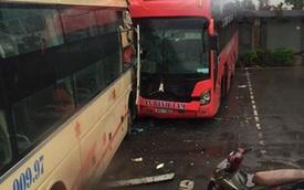 Hai xe khách đối đầu trong bến xe Nước Ngầm, 2 người bị thương
