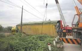 Tàu hỏa tông lật xe đầu kéo, đường sắt Bắc-Nam ách tắc nghiêm trọng