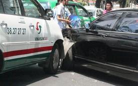 Xe Bentley 10 tỷ gặp nạn giữa Sài Gòn