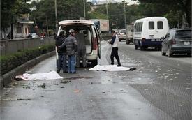 Xe máy chở 3 đâm dải phân cách, 2 người chết