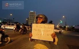 """Hà Nội: Người đàn ông cầm tấm biển """"Đi sai làn đường tại đây, CSGT xử phạt"""" gây chú ý"""