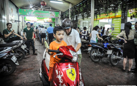 Phong cách Việt Nam là ăn trên xe máy!