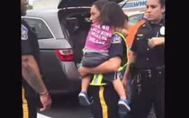 Bỏ con trong xe dưới trời nóng, bà mẹ bị cảnh sát bắt giam
