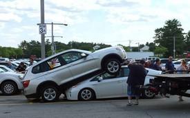 Người phụ nữ lớn tuổi lái BMW X3 đè lên Toyota Prius