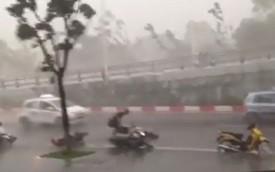 """Người Hà Nội phải """"bỏ xe, chạy lấy người"""" trong cơn mưa lớn"""