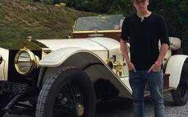 Quý tử nhà David Beckham tập lái xe bằng Rolls-Royce cổ