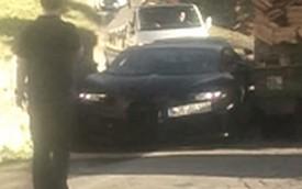 Xem cảnh Bugatti Chiron lách giữa tường đá và ô tô tải chở gỗ