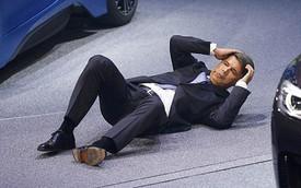 CEO của BMW ngất trên sâu khấu tại triển lãm Frankfurt