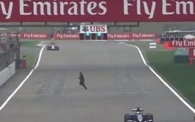 """Người đàn ông """"to gan"""" chạy băng qua đường đua Công thức 1"""