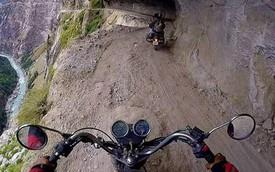 Rợn người với cảnh chạy mô tô trên con đường nguy hiểm nhất thế giới