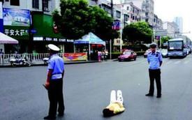 """CSGT bảo vệ cô gái """"ăn vạ"""" giữa đường vì bị bố từ chối mua điện thoại"""