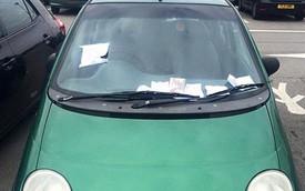 """Daewoo Matiz đỗ vô duyên bị """"khủng bố"""" bằng giấy ghi lời nhắn"""