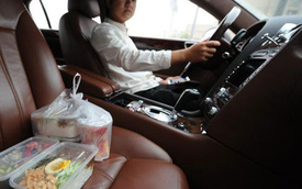 Vợ chồng đại gia lái Porsche và Bentley đi… đưa đồ ăn giá 52.000 Đồng