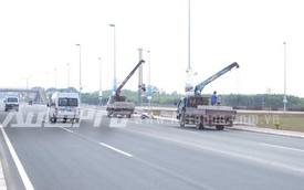 Liên tục gây tai nạn, dải phân cách cứng trên cầu Nhật Tân bị dỡ bỏ