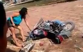 Cô nàng Hoạn Thư dùng rìu phá mô tô của bạn trai