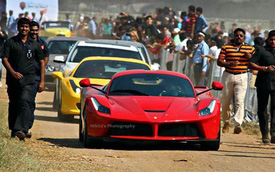"""Ferrari LaFerrari đầu tiên đến Ấn Độ được đón như """"sao Hollywood"""""""