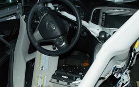 """""""Đột nhập"""" vào Toyota Venza để tìm kẹo, gấu hoang xé nát nội thất"""