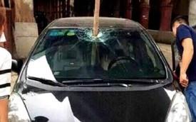 Honda Fit bị cọc sắt đâm xuyên giữa khoang lái