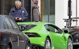 """""""Ngôi sao thất nghiệp"""" Jeremy Clarkson lái Lamborghini Huracan đi mua xe cổ"""