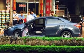 Nữ tài xế mở cửa không quan sát, Toyota bị xe Kia đâm bay cửa