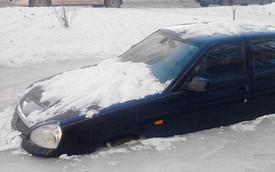"""Chiếc Lada kẹt trong khối băng cứng, chủ xe """"bó tay"""""""