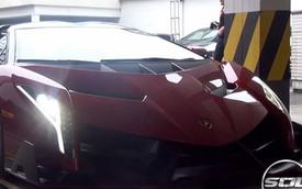 Siêu xe Lamborghini Veneno Roadster bị đối xử như ô tô bình dân