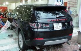 Land Rover Discovery Sport đâm hàng loạt xe máy, lao vào cửa hàng Honda