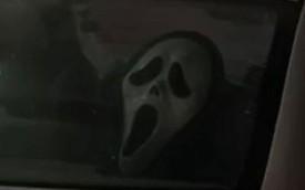 Dùng mặt nạ đáng sợ để dọa những tài xế lạm dụng đèn pha