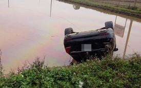 """Bắc Ninh: Mercedes-Benz S-Class biển đẹp """"chổng vó"""" dưới ao"""