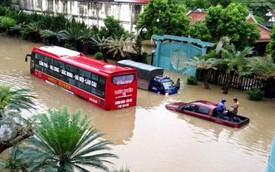 """Quảng Ninh: Nước ngập thành sông, hàng loạt ô tô """"chết đứng"""""""