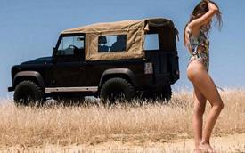 Land Rover Defender làm nền cho hot girl trên bờ biển
