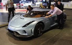 """Nhân viên """"hò nhau"""" đẩy siêu xe Koenigsegg Regera ra khỏi triển lãm"""