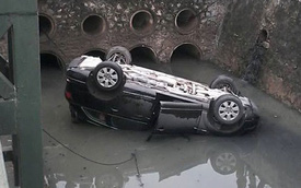 """Nóng trong ngày: Xe SUV tiền tỷ Audi Q7 """"ngửa bụng"""" dưới mương"""