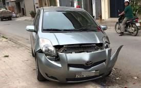 Nóng trong ngày: Chạy cảnh sát, taxi lùi vỡ đầu xe Toyota Yaris