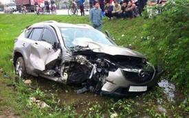 Nóng trong ngày: Mazda CX-5 đâm gãy cột điện, lao xuống mương