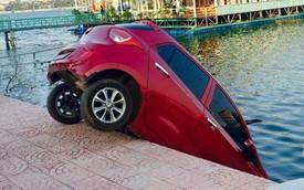 Nóng trong ngày: Hyundai Grand i10 của nữ tài xế cắm đầu xuống hồ