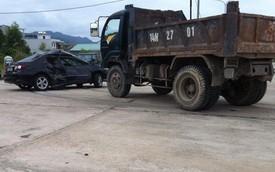 Nóng trong ngày: Xe tải đâm ngang Toyota Corolla Altis, 3 người thương nặng
