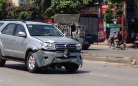 Hai xe Toyota húc đổ rào sắt trong cùng một ngày