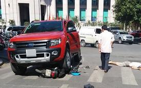 Ô tô bán tải Ford Ranger đè nát xe máy tại Hà Nội
