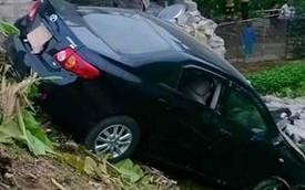 Nóng trong ngày: Hai xe Toyota Corolla đâm nhà dân trong cùng một ngày