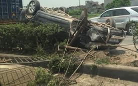 Toyota Innova húc đổ dải phân cách, lật ngửa trên quốc lộ