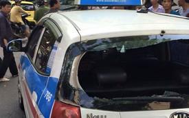 """Công an đập vỡ kính xe taxi vì tài xế """"cố thủ"""" bên trong"""