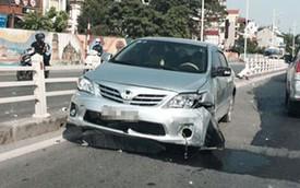 Toyota Corolla Altis húc đổ dải phân cách dài giữa trời nắng
