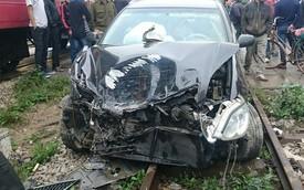 Nóng trong ngày: Dừng sát đường ray, Toyota Camry bị tàu đâm nát đầu