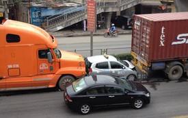 """Nóng trong ngày: Taxi """"bé hạt tiêu"""" bị kẹp giữa hai xe container """"khổng lồ"""""""