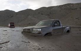 Hàng loạt ô tô bị kẹt trong bùn đất sau trận lũ tại California
